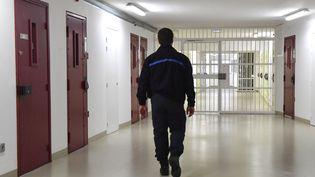 Un surveillant de prison dans le centre de Sequedin (Nord), le 26 avril 2019. (DENIS CHARLET / AFP)