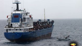 Des migrants secourus par un navire marchand, le 20 novembre 2014, près des côtes de la Sicile (Italie). (MARINA MILITARE ITALIANA / AFP)