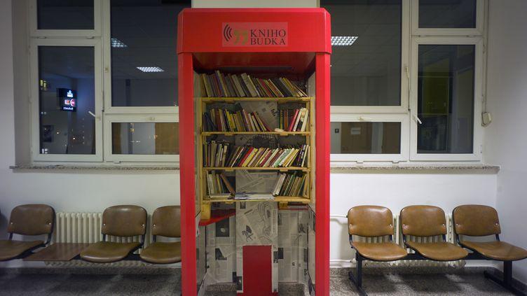 La première de ces mini-bibliothèques a été inaugurée jeudi 9 janvier dans un hôpital de Prague, la capitale tchèque. (MICHAL CIZEK / AFP)