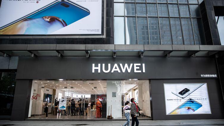Un magasin Huawei à Hefei, dans la province d'Anhui (Chine), le 10 avril 2020. (XIA LEI / AFP)