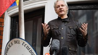 Le fondateur de WikiLeaks Julian Assange à l'ambassade d'Equateur à Londres, le 19 mai 2017. (JUSTIN TALLIS / AFP)