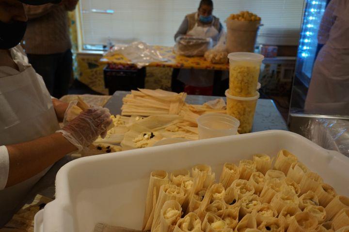 """Des employées préparent des """"tamales"""" et de l'""""agua fresca"""" dans la cuisine de South Philly Barbacoa, l'un des trois restaurants de Cristina Martinez, le 22 octobre 2020. (MARIE-VIOLETTE BERNARD / FRANCEINFO)"""