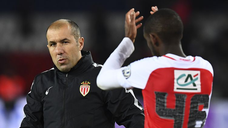 Leonardo Jardim salue le public avec son jeune joueur Safwan Mbae, âgé de 20 ans (FRANCK FIFE / AFP)