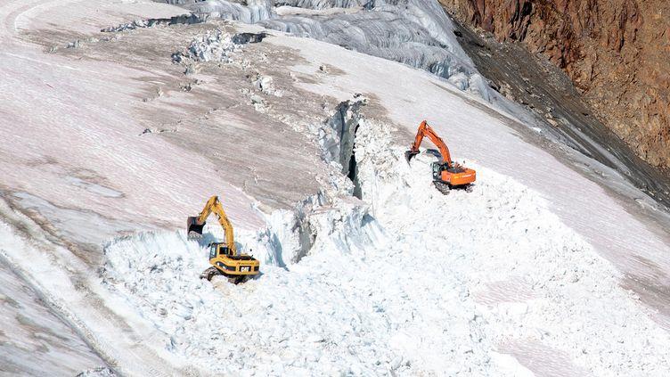 Des pelleteuses sur le glacier du Pitzal, le 27 août 2019 en Autriche. (VINCENT SUFIYAN / WWF)