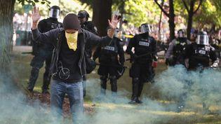 Un manifestant fait face à la police lors de heurts entre pro et anti-Trump à Portland (Oregon, Etats-Unis), le 4 juin 2017. (SCOTT OLSON / GETTY IMAGES NORTH AMERICA / AFP)