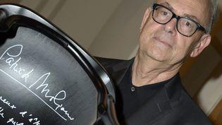 Patrick Modiano pose avec sa chaise signée à l'Académie suédoise  (JANERIK HENRIKSSON / TT NEWS AGENCY / AFP)