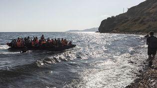 Certains voguent sur des bateaux de pêche, d'autres desbateaux pneumatiques comme sur cette côte de l'ile de Lesbos. Les Syrians embarqués onttraversé la mer Egée depuis la Turquie le 22 août 2015. Pourtant les autorités turques ont retenu 435 migrants et réfugiés syriens ainsi que trois personnes suspectées d'être des passeurs avant de laisser l'embarcation faire cap vers l'Union européenne. (ACHILLEAS ZAVALLIS / AFP)