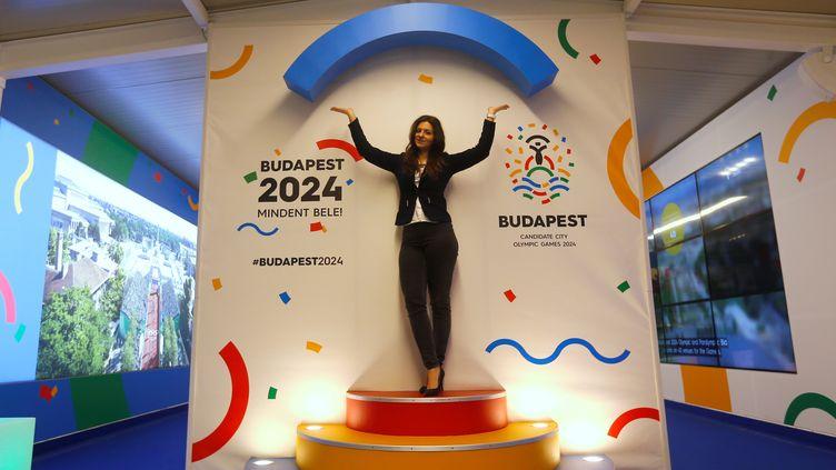 """Une femmepose devant le logo """"Budapest 2024"""", le 31 janvier 2017, dans la capitale hongroise.   (LASZLO BALOGH / REUTERS)"""