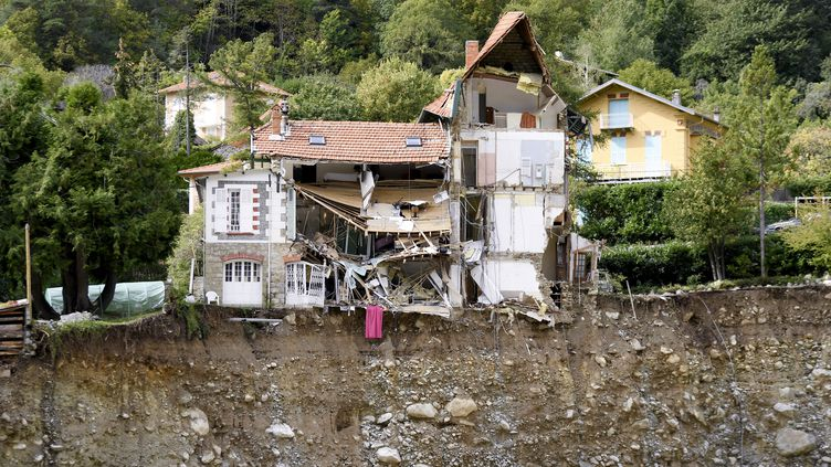 Une maison détruite par la crue de la Vésubie à Saint-Martin-de-Vésubie, dans les Alpes-Maritimes, le 6 octobre 2020. (NICOLAS TUCAT / AFP)