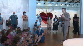 Jeff Koons est venu en personne au Mucem de Marseille pour parler de son travail de création aux élèves marseillais. (M. Peleran / France Télévisions)
