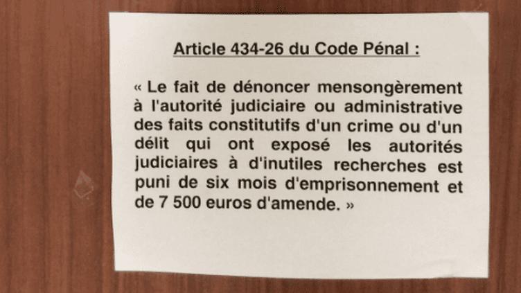 Un rappel juridique est affiché dans le commissariat du 14e arrondissement de Paris, en mai 2018. (LAURE HEINICH)