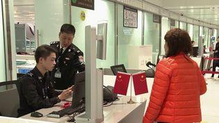Ils sont père de famille, en couple ou encore étudiants et sont bloqués en Chine depuis la fermeture des frontières. Les vols hebdomadaires pour la France sont réduits à 4 plutôt que 140 en temps normal. (France 2)