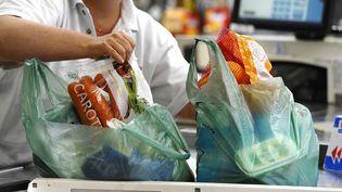 Des sacs plastique dans un supermarché de Nantes, le 26 juin 2014. (MAXPPP)