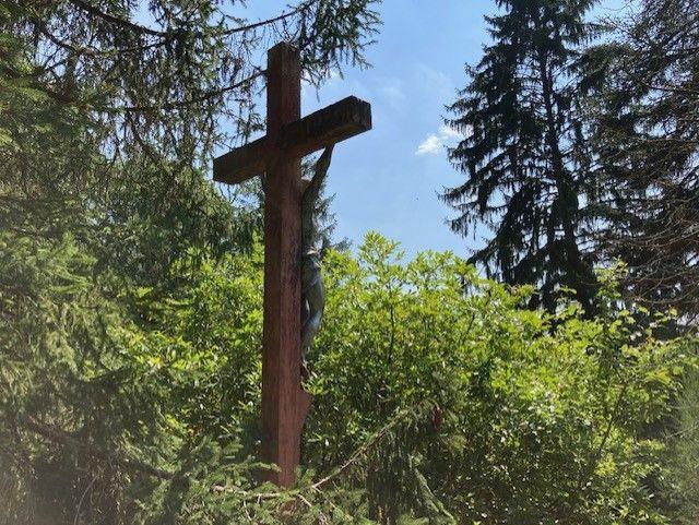 Le crucifix où un nid d'abeille s'est installé. (MATHILDE ANSQUER / RADIOFRANCE)
