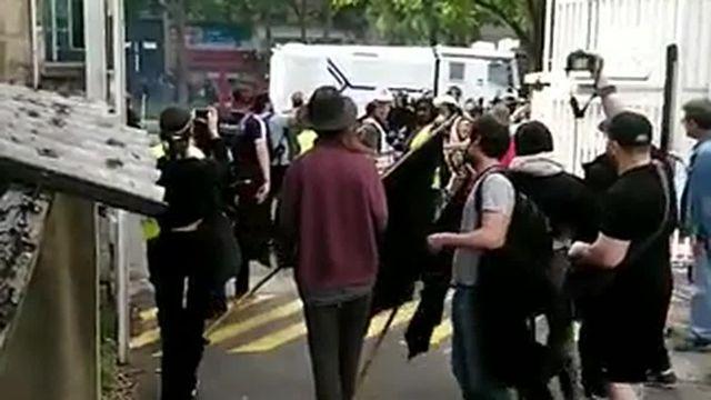 Images tournées par une manifestante depuis la cour de l'hôpital de la Pitié-Salpêtrière. Le canon à eau avance sur le boulevard de l'hôpital.