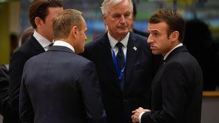 Le président du Conseil européen Donald Tusk (de dos) discute avec le négociateur de l'UE, Michel Barnier, et le président français, Emmanuel Macron, le 25 novembre 2018, à Bruxelles (Belgique). (JOHN THYS / AFP)