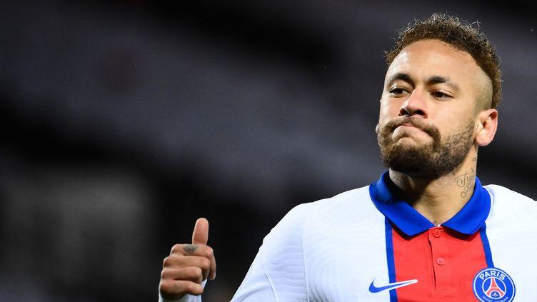 Le Brésilien Neymar, sous le maillot du PSG, a trouvé un accord avec son ancien club de Barcelone avec lequel il était en conflit financier depuis son départ en 2017. (FRANCK FIFE / AFP)