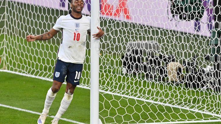 Raheem Sterling sur son petit nuage après l'égalisation qu'il a provoquée contre le Danemark en demi-finale de l'Euro 2021, mercredi 7 juillet à Wembley. (JUSTIN TALLIS / AFP)