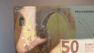 """Depuis plusieurs mois, ces faux billets de banque, qui ne sont en réalité que des accessoires de cinéma, se multiplienten France. Cela porte un nom : la """"Movie Money"""", utilisée normalement pour le cinéma. Elle attire de plus en plus de fraudeurs. (France 2)"""