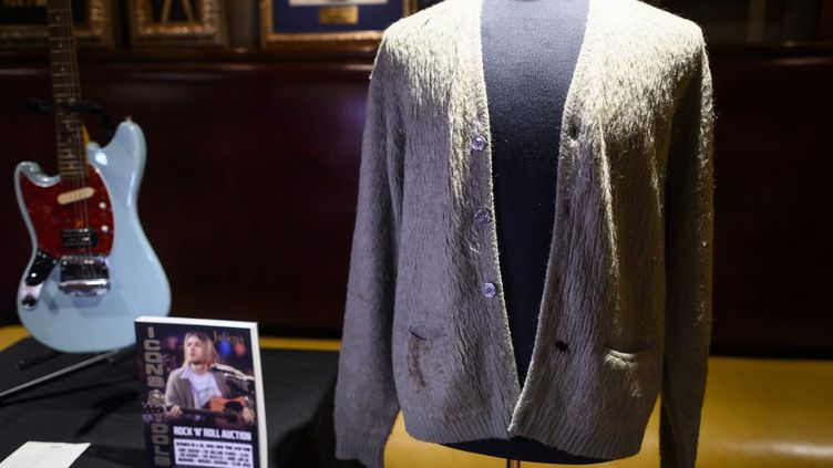 """Le gilet en laine que Kurt Cobain portait sur scène lors du concertenregistré de Nirvana""""Unplugged"""" en 1993, mis aux enchères à la maison de vente Julien's Auctions de New York en octobre 2019. (JOHANNES EISELE / AFP)"""