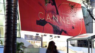 L'affiche du 70e Festival de Cannes, à Cannes (Alpes-Maritimes), mardi 16 mai 2017. (MUSTAFA YALCIN / ANADOLU AGENCY / AFP)