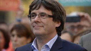 Carles Puigdemont, le 21 octobre 2017, à Barceloneavec les manifestants indépendantistes. (JOSEP LAGO / AFP)
