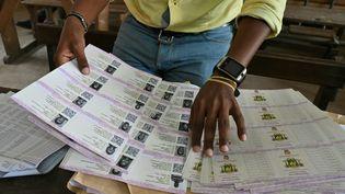 Des cartes d'électeurs lors de leur distribution, le 14 octobre 2020 à Abidjan, la capitale ivoirienne, en vue du scrutin présidentiel du 31 octobre. (ISSOUF SANOGO / AFP)