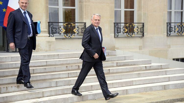 Le Premier ministre, Jean-Marc Ayrault, suivi du ministre de l'Economie, Pierre Moscovici,le 19 juin 2013 à l'Elysée. (BERTRAND GUAY / AFP)