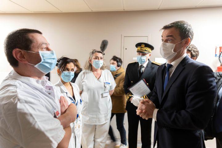 Olivier Véran lors d'une visite de l'hôpital Avicenne, le 29 janvier 2021, àBobigny. (JACQUES WITT / AFP)
