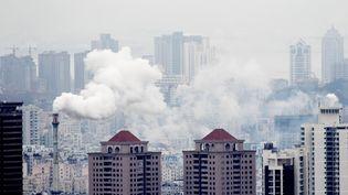 De la fumée s'échappe d'une centrale dans la ville de Qingdao (Chine), dans la région de Shandong, en février 2013. (XUE HUN / IMAGINECHINA / AFP)