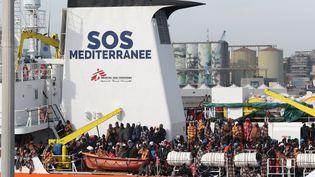 """""""L'Aquarius"""", le bateau de l'ONG SOS Méditerranée, dans le port de Catane (Italie), le 21 mars 2017. (GABRIELE MARICCHIOLO / NURPHOTO / AFP)"""