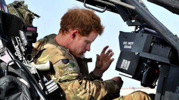 Le prince Harry photographié à bord d'un hélicoptère Apache, le 2 novembre 2012 en Afghanistan. (AFP)