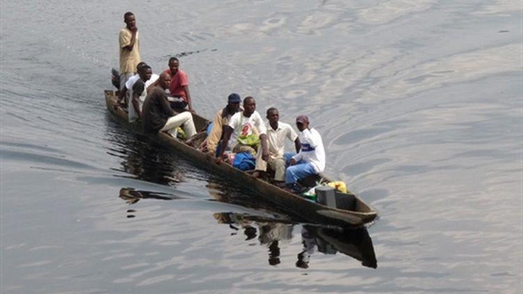 Une pirogue de réfugiés sur la rivière Oubangui en République démocratique du Congo - 08/01/10 (AFP Guy Gervais Kitina)