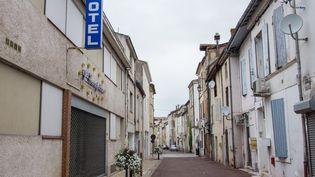 La rue Arnaud-Daubasse, dans le centre de Villeneuve-sur-Lot, en fin de matinée, mardi 2 juillet 2019. (JULIETTE CAMPION / FRANCEINFO)