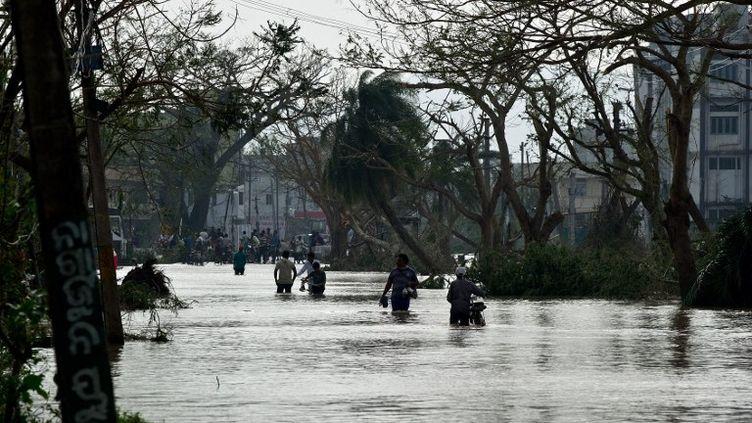 La ville de Godalpur, traversée par l'oeil du cyclone Phailin, est coupée du reste de l'Inde le 13 octobre 2013. (MANAN VATSYAYANA / AFP)