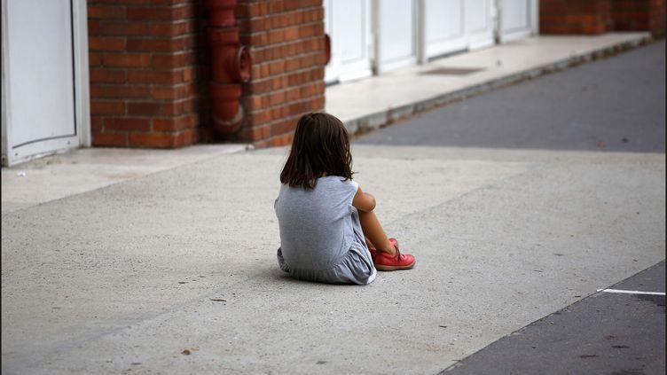 Une petite fille dans une cour de réacréation, lors de la rentrée scolaire, à Paris. (LUC NOBOUT / MAXPPP)