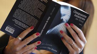 Le tome 1 de la trilogie Cinquante nuances de Grey d'E.L. Jamessort le 17 octobre 2012 dans les librairies françaises. (KENZO TRIBOUILLARD / AFP)