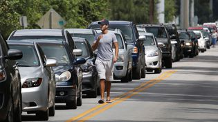 Des habitants deKissimmee (Floride) font la queue pour obtenir des sacs de sable à l'approche de l'ouragan Irma, le 7 septembre 2017. (GREGG NEWTON / REUTERS)