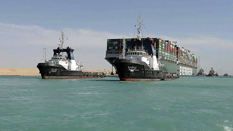 """La cargo """"Ever Given"""" remorqué à la sortie du canal de Suez, le 29 mars 2021. (SUEZ CANAL AUTHORITY / AFP)"""