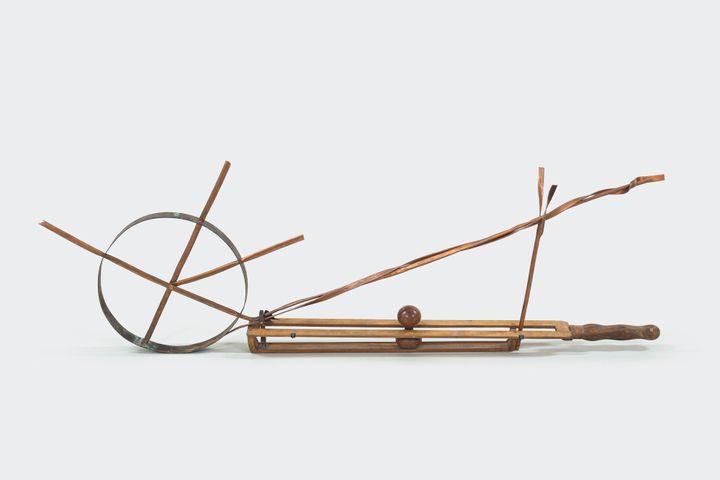 """Alberto Giacometti / Martial Raysse """"Objet surréaliste"""", 1932-2015, Fondation Giacometti, Paris Œuvre complétée par l'artiste Martial Raysse en 2015 avec la collaboration de Francis Garcia (© Succession Alberto Giacometti (Fondation Giacometti, Paris + ADAGP, Paris) 2020)"""