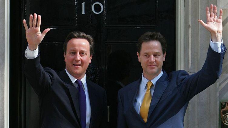 Le Premier ministre conservateur David Cameron et le vice-Premier ministre libéral-démocrate Nick Clegg le 12 mai 2010. (AFP)
