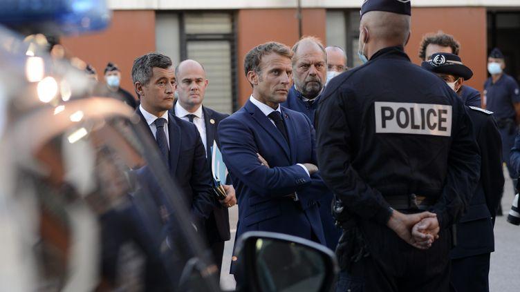 Le chef de l'Etat Emmanuel Macron, accompagné du ministre de l'Intérieur Gérald Darmanin et du Garde des Sceaux Eric Dupont-Moretti. Ils ont rencontré des policiers à Marseille le mercredi 1er septembre. (FRANCK PENNANT / MAXPPP)