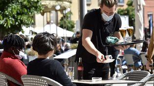 À partir du 30 aout, les salariés devront présenter un pass sanitaire valide à leur employeur pour pouvoir continuer à travailler dans certains établissements recevant du public. (RAYMOND ROIG / AFP)