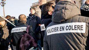 Des policiers manifestentpour une évolution de leurs conditions de travail, le 26 janvier 2017, à Paris. (SIMON GUILLEMIN / HANS LUCAS / AFP)