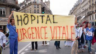 Des infirmiers et médecins manifestent à Paris, le 27 septembre 2019. (VIKTOR POISSON / HANS LUCAS / AFP)