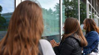 Des lycéennes consultent les résultat du baccalauréat, le 6 juillet 2021 au lycée Jean-Perrin de Lambersart (Nord). (MAXPPP)