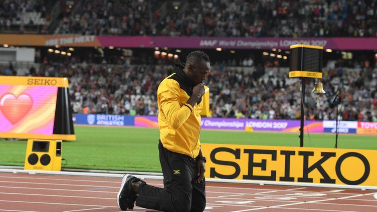Usain Bolt a effectué un tour d'honneur au sein du stade olympique de Londres.  (BERND THISSEN / DPA)