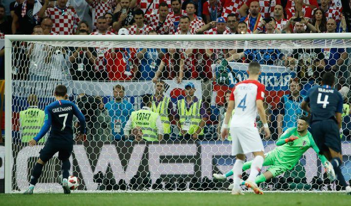 Antoine Griezmann transforme son penalty contre la Croatie et redonne l'avantage à la France, dimanche 15 juillet à Moscou (Russie), en finale de la Coupe du monde. (ODD ANDERSEN / AFP)