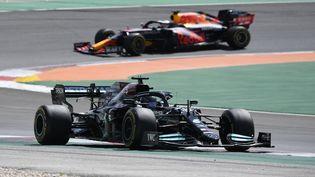 Lewis Hamilton (Mercedes) devant Max Verstappen (Red Bull-Honda) (GABRIEL BOUYS / AFP)