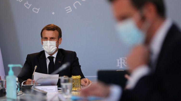 Emmanuel Macron et Olivier Véran lors d'un conseil de défense sanitaire, à l'Elysée, le 12 novembre 2020. (THIBAULT CAMUS / AFP)